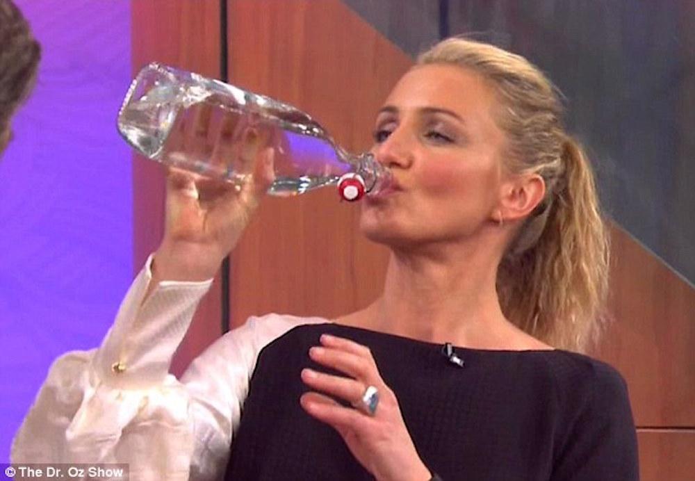 cameron diaz beve acqua
